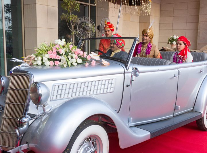 Give Your Classic 17TH Century-Themed Wedding An Extra Edge With Vintage Car Hire Service